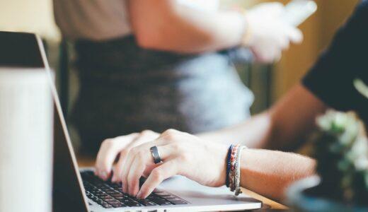 パソコンキーボードを打っている女性の手の画像
