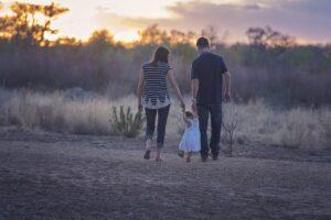 家族が三人で仲良く歩いている画像